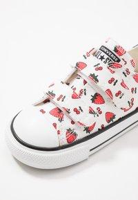 Converse - CHUCK TAYLOR ALL STAR - Zapatillas - white/garnet - 2