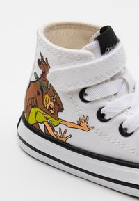 Converse - CHUCK TAYLOR SCOOBY MYSTERY INC - Sneakersy wysokie - white/multicolor/black - 5