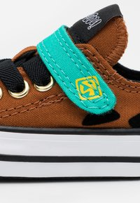 Converse - CHUCK TAYLOR SCOOBY - Sneakersy niskie - brown/black/white - 5