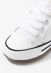 Converse - CHUCK TAYLOR ALL STAR CRIBSTER MID - Chaussons pour bébé - white/natural ivory - 2