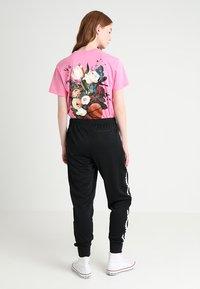Converse - STAR CHEVRON CUFFED TRACK PANT - Teplákové kalhoty - black - 2