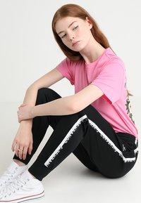 Converse - STAR CHEVRON CUFFED TRACK PANT - Teplákové kalhoty - black - 3