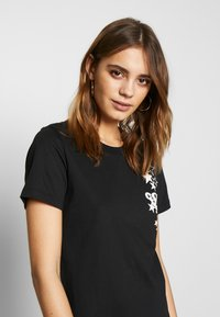 Converse - WOMENS LEFT CHEST ICON REMIX TEE DRESS - Jerseykjole - black - 4