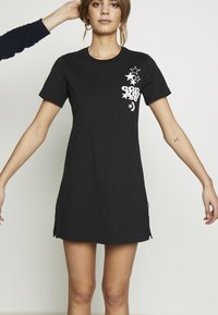 Converse - WOMENS LEFT CHEST ICON REMIX TEE DRESS - Jerseykjole - black - 11