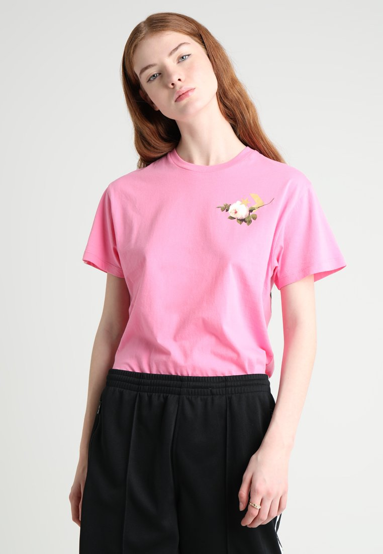 Converse - FLORAL BASKETBALL RELAXED TEE - Print T-shirt - pink