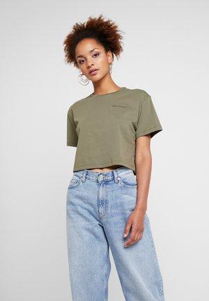 LIFES SHORT BOXY TEE - T-shirts med print - field surplus