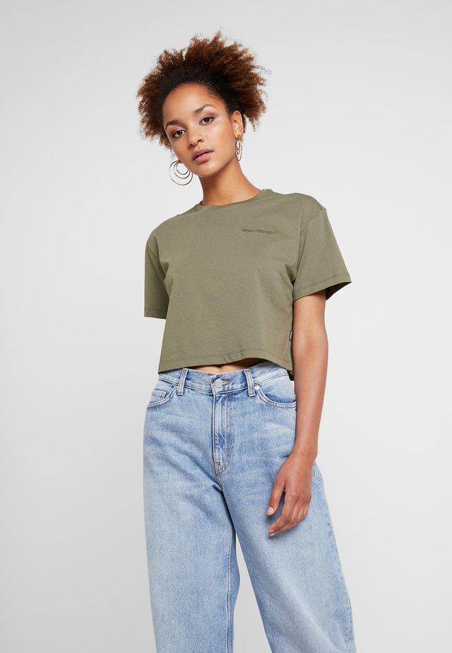 LIFES SHORT BOXY TEE - Camiseta estampada - field surplus
