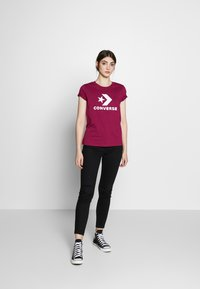 Converse - STAR CHEVRON TEE - T-shirt con stampa - rose maroon - 1