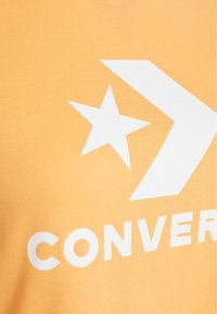Converse - STAR CHEVRON TEE - Print T-shirt - fuel orange - 2