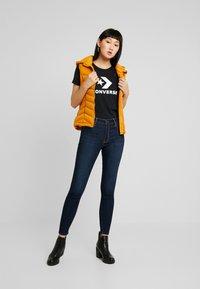Converse - STAR CHEVRON TEE - Print T-shirt - black - 1
