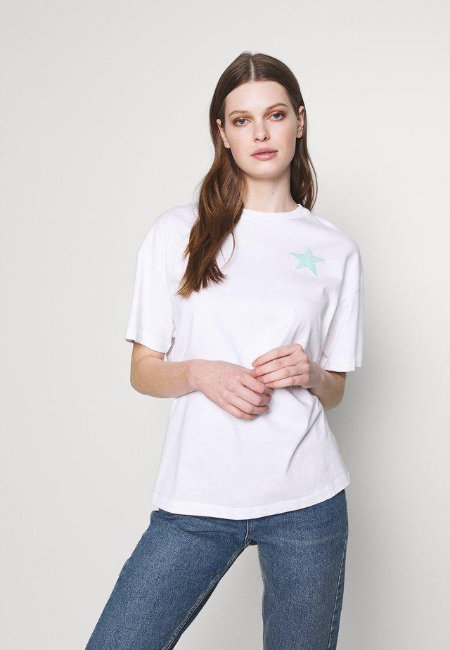 BOXY STAR SMILE - Print T-shirt - white