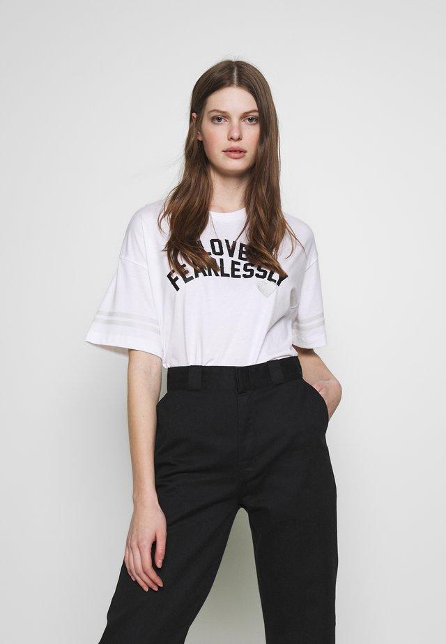 LOVE THE PROGRESS TEE - Print T-shirt - white