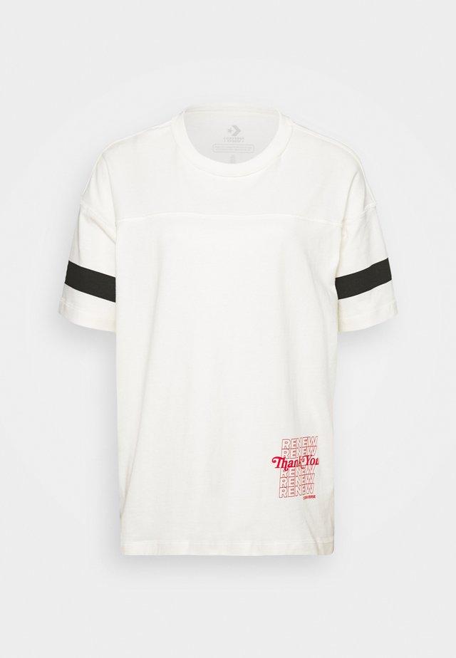 WOMENS RENEW OVERSIZED TEE - T-shirt print - egret