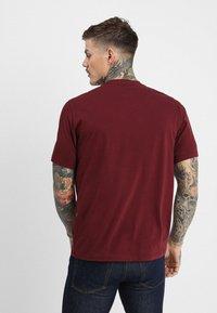 Converse - LEFT CHEST STAR CHEVRON TEE - T-Shirt print - dark burgundy - 2