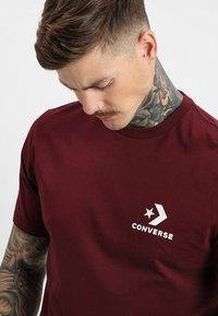 Converse - LEFT CHEST STAR CHEVRON TEE - T-Shirt print - dark burgundy - 4