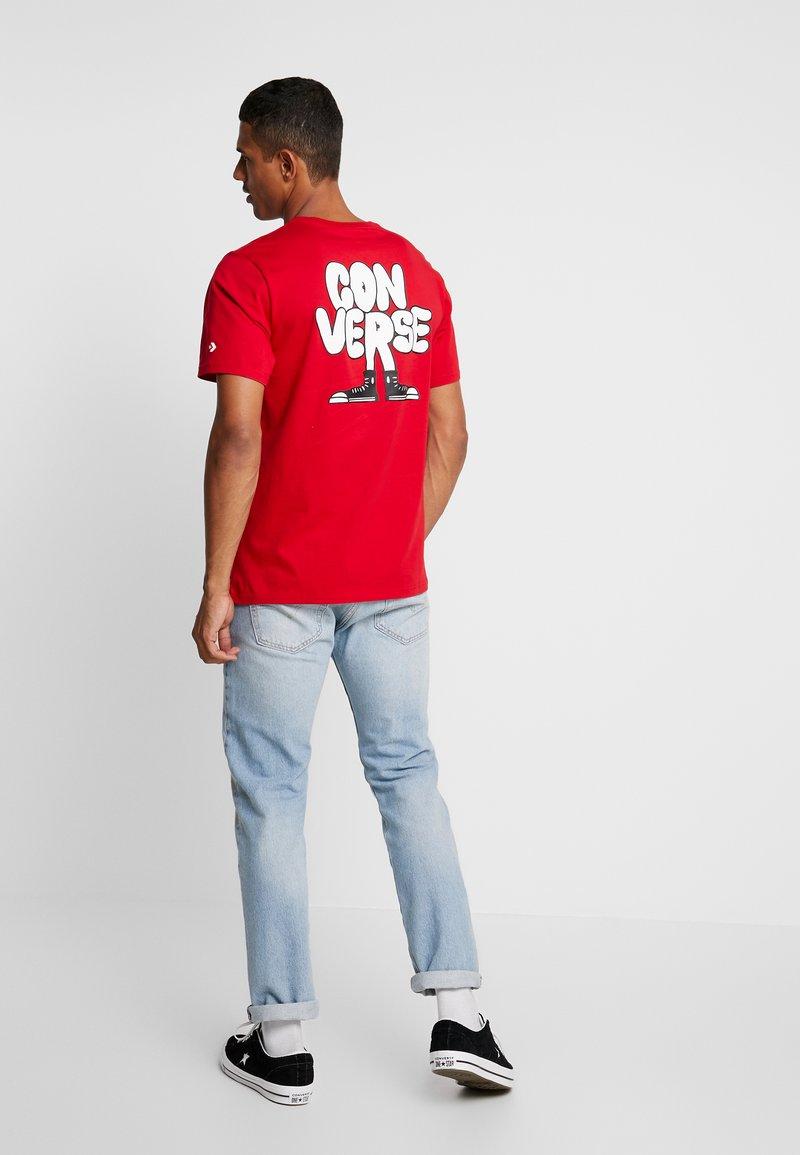 Converse - CARTOON CHUCK TEE - Camiseta estampada - enamel red