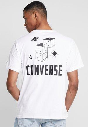 DICE TEE - T-shirt z nadrukiem - white