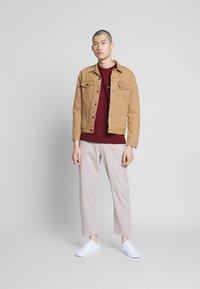 Converse - LEFT CHEST STAR CHEVRON TEE - T-shirt con stampa - dark burgundy - 1