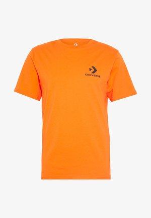LEFT CHEST STAR CHEVRON TEE - T-shirt con stampa - bold mandarin