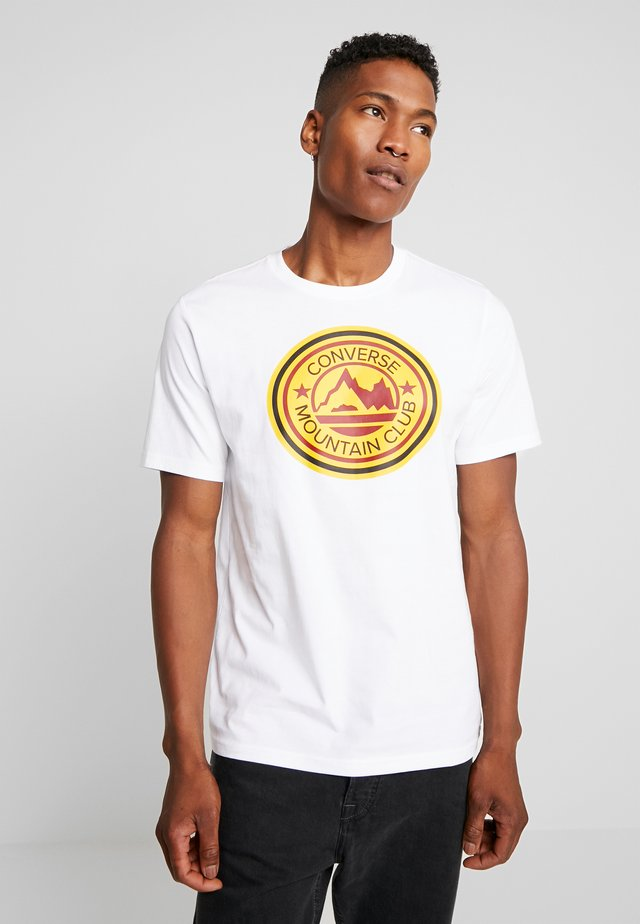 MOUNTAIN CLUB PATCH GRAPHIC SHORT SLEEVE - T-shirt print - white