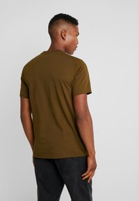 Converse - MOUNTAIN CLUB PATCH GRAPHIC SHORT SLEEVE - T-shirts med print - surplus olive - 2