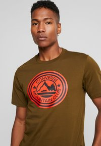 Converse - MOUNTAIN CLUB PATCH GRAPHIC SHORT SLEEVE - T-shirts med print - surplus olive - 4