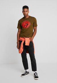 Converse - MOUNTAIN CLUB PATCH GRAPHIC SHORT SLEEVE - T-shirts med print - surplus olive - 1