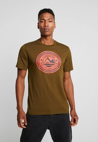Converse - MOUNTAIN CLUB PATCH GRAPHIC SHORT SLEEVE - T-shirts med print - surplus olive - 0