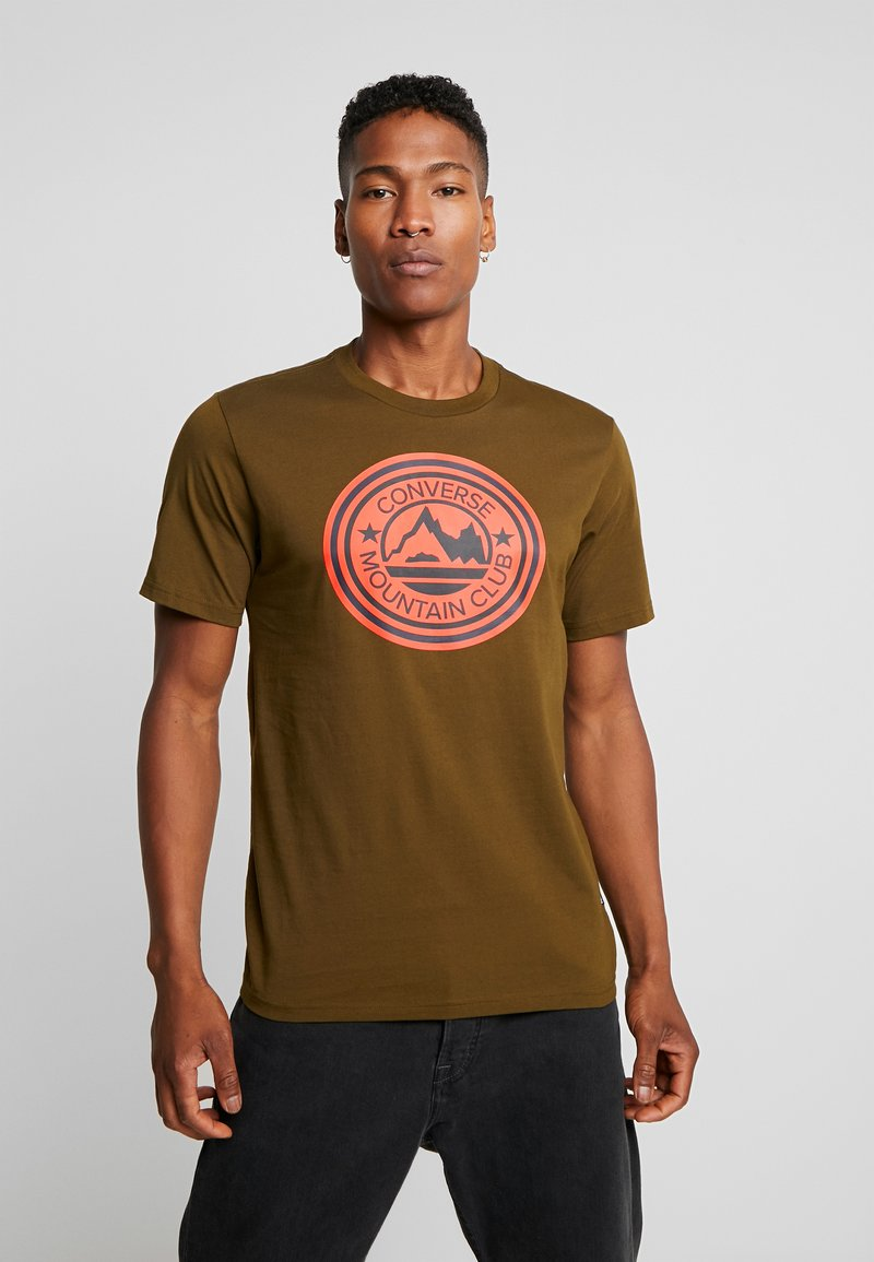 Converse - MOUNTAIN CLUB PATCH GRAPHIC SHORT SLEEVE - T-shirts med print - surplus olive