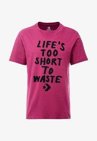 Converse - LIFES SHORT STACK TEE - Camiseta estampada - mesa rose - 3