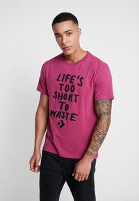 Converse - LIFES SHORT STACK TEE - Camiseta estampada - mesa rose - 0