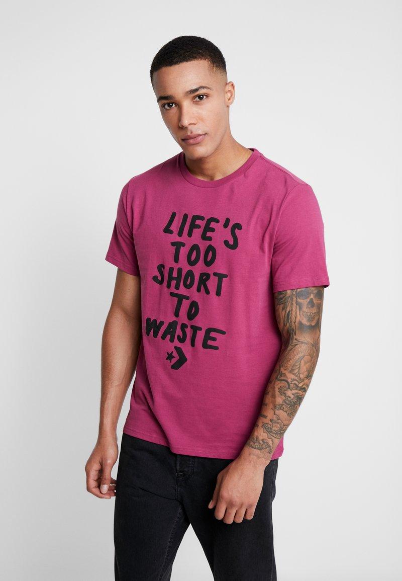 Converse - LIFES SHORT STACK TEE - Camiseta estampada - mesa rose