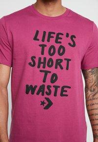 Converse - LIFES SHORT STACK TEE - Camiseta estampada - mesa rose - 4