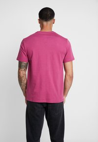 Converse - LIFES SHORT STACK TEE - Camiseta estampada - mesa rose - 2
