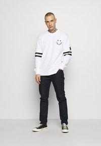 Converse - TWISTED VARSITY LONG SLEEVE TEE - Long sleeved top - white - 1