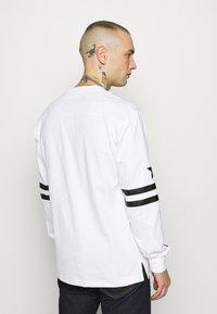 Converse - TWISTED VARSITY LONG SLEEVE TEE - Long sleeved top - white - 2
