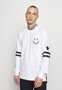 Converse - TWISTED VARSITY LONG SLEEVE TEE - Long sleeved top - white - 0
