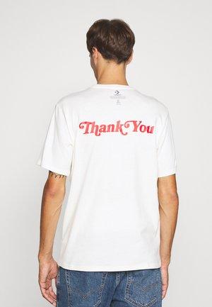 RENEW POCKET TEE - Camiseta estampada - egret