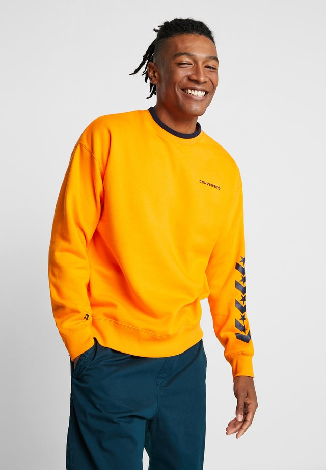 REPEATED STAR CHEVRON MOCK NECK CREW - Sweater - orange rind