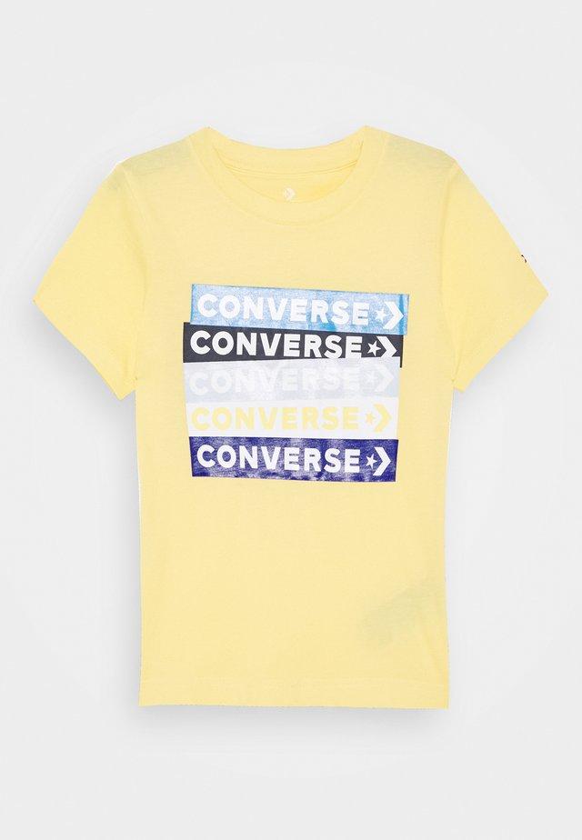 COLOURBLOCKED LOGO TEE - T-shirts med print - topaz gold