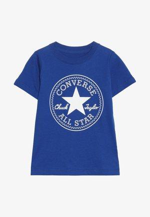 CORE CHUCK PATCH TEE  - Print T-shirt - blue