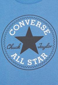 Converse - CORE CHUCK PATCH TEE  - T-shirts med print - coast - 2