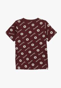 Converse - MICRO SIGNATURE CHUCK PRINTED TEE - T-shirt con stampa - dark burgundy - 1