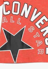 Converse - SIDEWAYS LOCKUP TEE - Camiseta estampada - habanero red - 3
