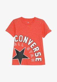 Converse - SIDEWAYS LOCKUP TEE - Camiseta estampada - habanero red - 2