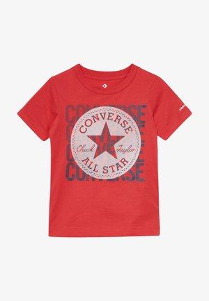 LINEAR OVERLAY CHUCK PATCH TEE - T-shirt imprimé - university red
