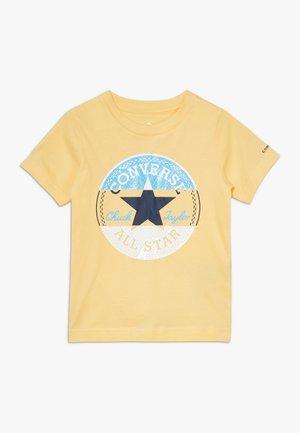 CHUCK PATCH TRIPLE SPLIT TEE - T-shirts med print - topaz gold