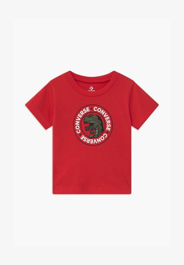 DINO WORDMARK TEE - Camiseta estampada - university red
