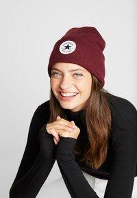 Converse - CHUCK PATCH TALL BEANIE - Czapka - dark burgundy - 3