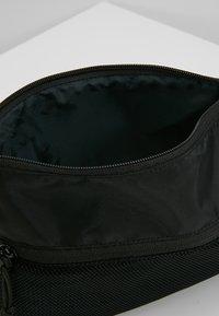 Converse - MUSETTE - Taška spříčným popruhem - black - 4